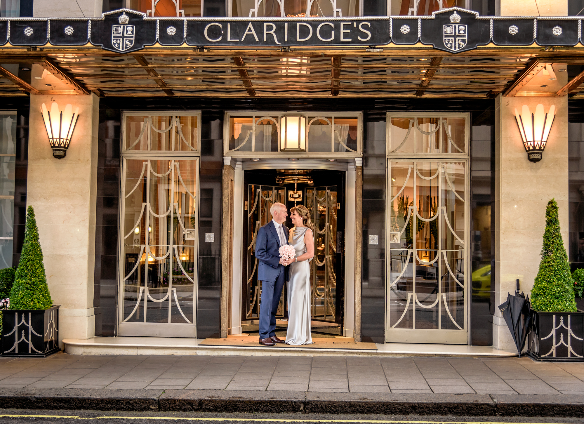 claridges-wedding-bride-and-groom-at-front-entrance